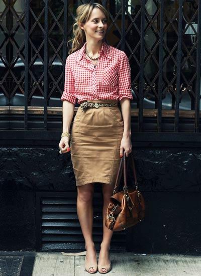 ピンクギンガムチェックシャツ×ベージュスカートのコーデ