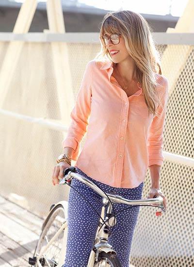 ピンクシャツ×ブルー柄パンツのコーデ