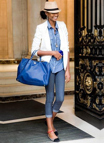 白ジャケット×青シャツのコーデ