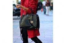 赤トレンチコート×黒パンツの着こなし