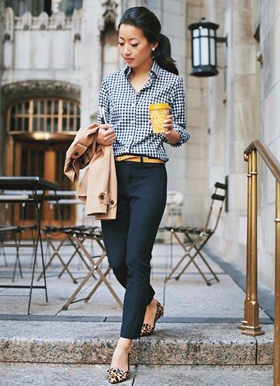 ギンガムチェックシャツ×ネイビーパンツの きれいめカジュアルコーデ