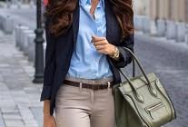 ブルーシャツ×ベージュチノパンのオフィスカジュアルコーデ