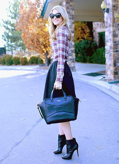 チェックシャツ×黒スカートの大人カジュアルコーデ