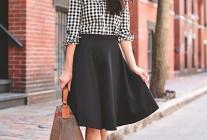 黒ギンガムチェックシャツ×黒スカートのコーデ