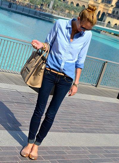 青シャツ×濃紺デニムジーンズのコーデ