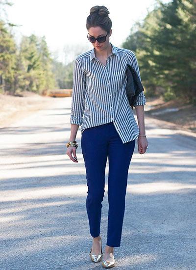 紺ストライプシャツ×ブルーパンツのキレイめカジュアルコーデ
