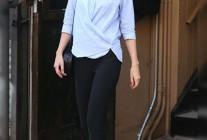 青カシュクールシャツ×黒クロップドパンツのコーデ