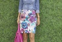 デニムシャツ×花柄スカートのコーディネート