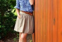 青ギンガムチェックシャツ×チノスカートのコーデ