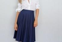 白ブラウス×紺プリーツスカートのコーディネート