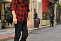 赤チェックシャツ×黒ジーンズのロックな着こなし