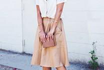 白の半袖ブラウス×ベージュミモレ丈スカートのコーディネート