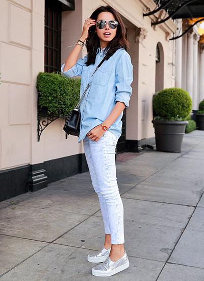 ブルーデニムシャツ×白ケミカルウォッシュジーンズのコーデ