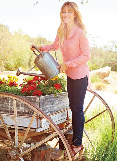 ピンクシャツ×濃紺スキニージーンズの大人可愛いコーデ