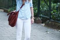 ブルーデニムシャツ×白パンツ×スリッポンのコーデ