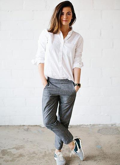 ホワイトシャツ×グレーパンツ×ナイキスニーカーのコーデ