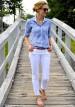 青ストライプシャツ×白パンツの着こなし