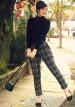 黒タートルネックセーター×チェック柄パンツのコーデ