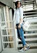 薄いブルーデニムシャツ×ジーンズのコーディネート
