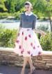 グレーニット(白襟付き)×花柄スカートのコーデ